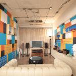รีโนเวทห้องนั่งเล่นให้มีสีสันและได้ฟังก์ชั่นแบบโฮมเธียเตอร์