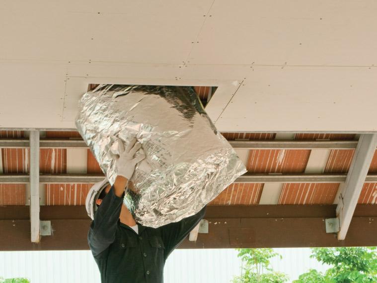 ภาพ: การลำเลียงฉนวนเข้าออกทางช่องเซอร์วิสบนฝ้าเพดาน