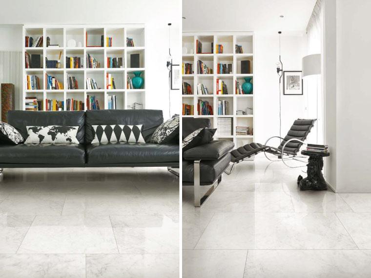 ภาพ: แต่งห้องนั่งเล่นด้วยกระเบื้องโทนสีขาวตัดกับสีเข้มของเฟอร์นิเจอร์ ทำให้ห้องดูสว่างตา