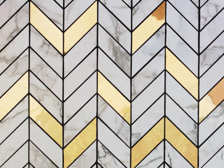 ภาพ: ผนังกระเบื้องหินอ่อนสีขาวติดสลับกับกระเบื้องสีทองในจังหวะ Random ตัดด้วยเส้นคิ้วสีดำเน้นสีสันและลวดลายให้โดดเด่นมากยิ่งขึ้น