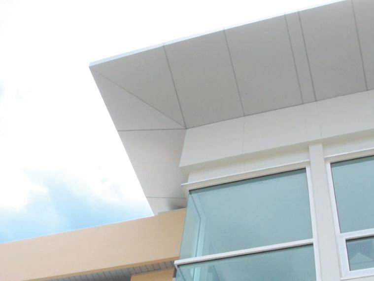 ภาพ: ฝ้าเพดานภายนอกแบบแผ่นทึบ ติดตั้งเว้นร่อง ล้อกับผนัง