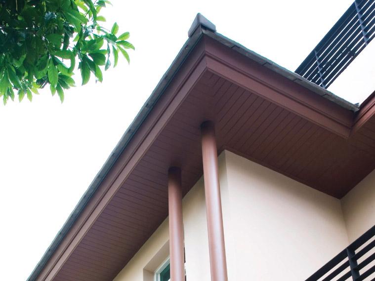 ฝ้าเพดานภายนอกแผ่นทึบแบบเซาะร่อง ทาสีน้ำตาลให้อารมณ์คล้ายระแนงไม้