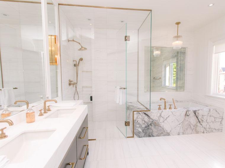 ภาพ: ก๊อกน้ำ ฝักบัว มือจับ โคมไฟโทนสีทอง ช่วยเพิ่มความสดใส สะดุดตาให้ห้องน้ำหรู