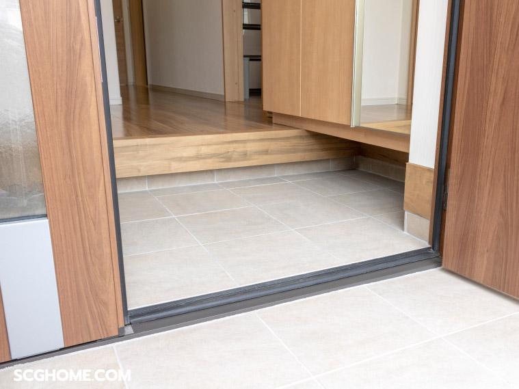 ภาพ : ระดับพื้นภายในบ้านและภายนอกบ้าน กับการใช้ระดับพื้น และวัสดุในการแบ่งพื้นที่โถงทางเข้าบ้านสำหรับพื้นที่ขนาดเล็ก