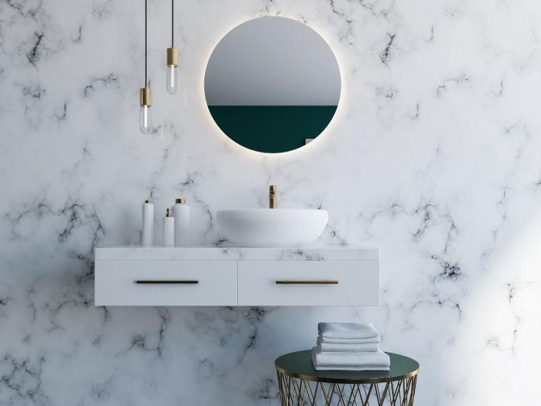ภาพ: ผนังห้องน้ำกระเบื้องลายหินอ่อนแผ่นใหญ่กับองค์ประกอบเรียบง่ายในลุคโมเดิร์น ซ่อนความหรูหราด้วยแสงไฟหลืบโทนสีขาวหลังกระจกเงา และสีทองที่ประดับในส่วนต่าง ๆ เพิ่มเติม