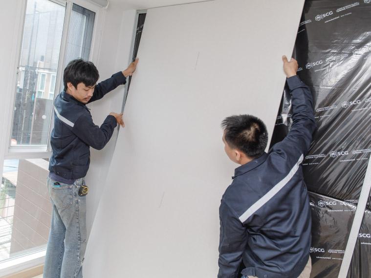 ภาพ: การติดตั้งแผ่นผนังบนโครงคร่าว