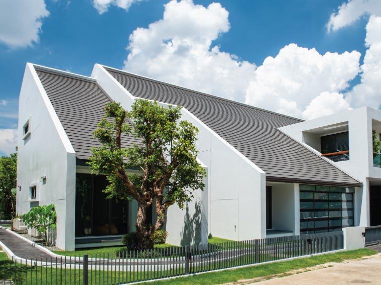 ภาพ: ตัวอย่างบ้านสไตล์โมเดิร์นกับหลังคาทรงสูงชันมุงกระเบื้องหลังคาแผ่นเรียบ