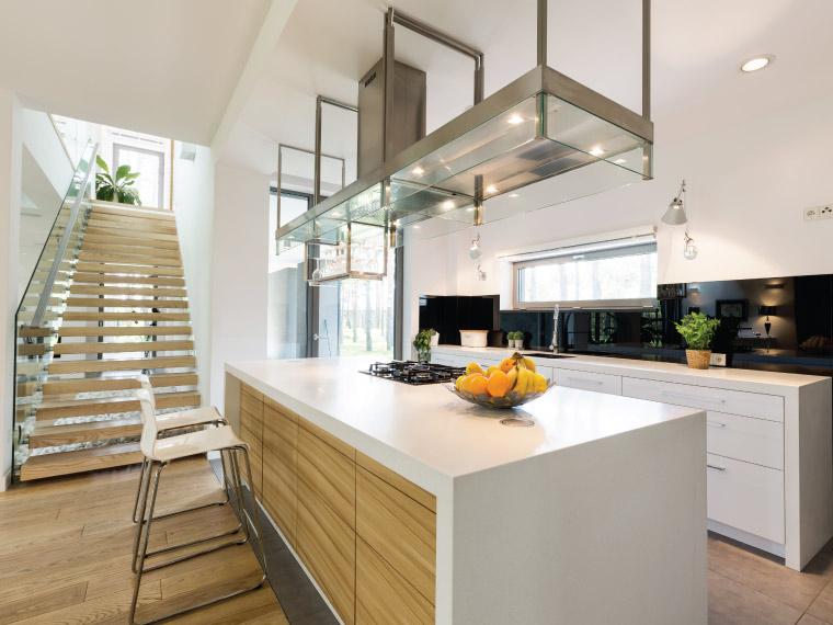 ตัวอย่างเคาน์เตอร์ครัวที่มีขอบขาและท็อปเคาน์เตอร์เสมอกับหน้าบาน โดยทำหน้าบานไม้สีอ่อนเข้ากับบรรยากาศบ้านโดยรวมเป็นอย่างดี