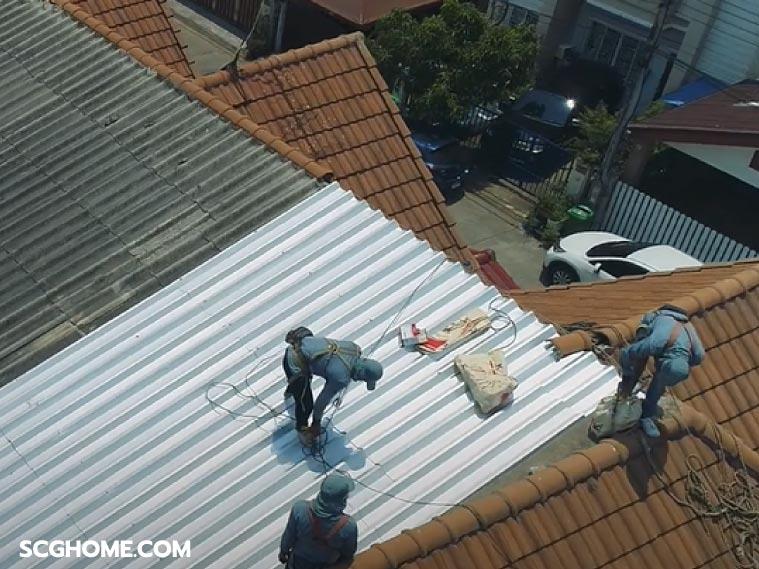 ภาพ: ตัวอย่างการซ่อมหลังคารั่วสำหรับบ้านทาวน์เฮาส์ โดยใช้แผ่นเมทัลชีทมุงทับกระเบื้องลอนคู่เดิม (Top Up Roof)