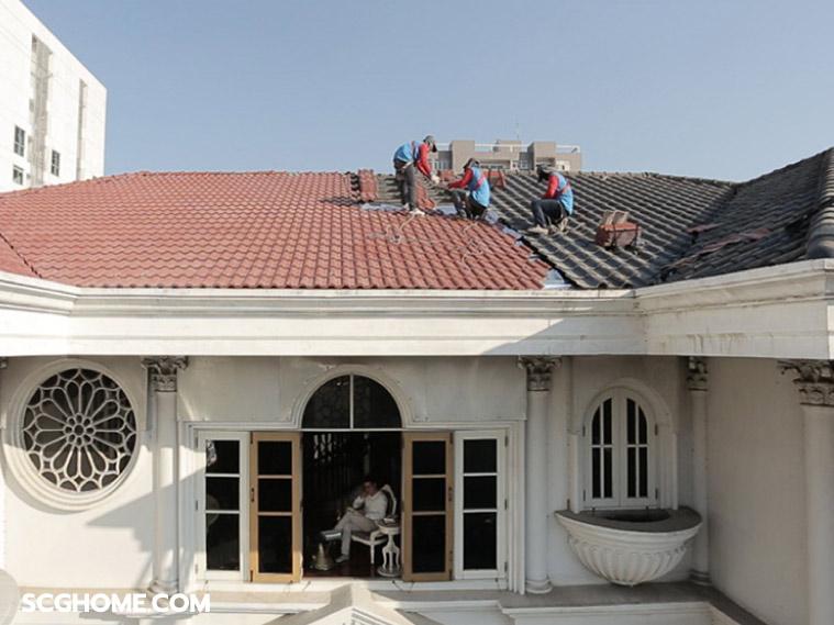 ภาพ: ตัวอย่างการทำงานของช่างขณะรื้อเปลี่ยนกระเบื้องหลังคา (Re-Roof) ซึ่งเจ้าของบ้านยังสามารถอยู่อาศัยในบ้านได้