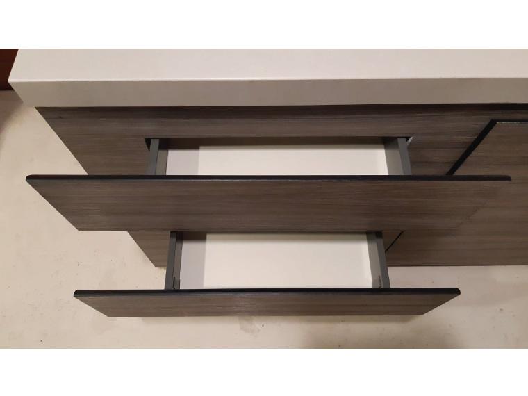 ตัวอย่างเคาน์เตอร์ครัวปูนที่ออกแบบหน้าบานลิ้นชักยื่นออกด้านข้างเพื่อบังความหนาของขาเคาน์เตอร์