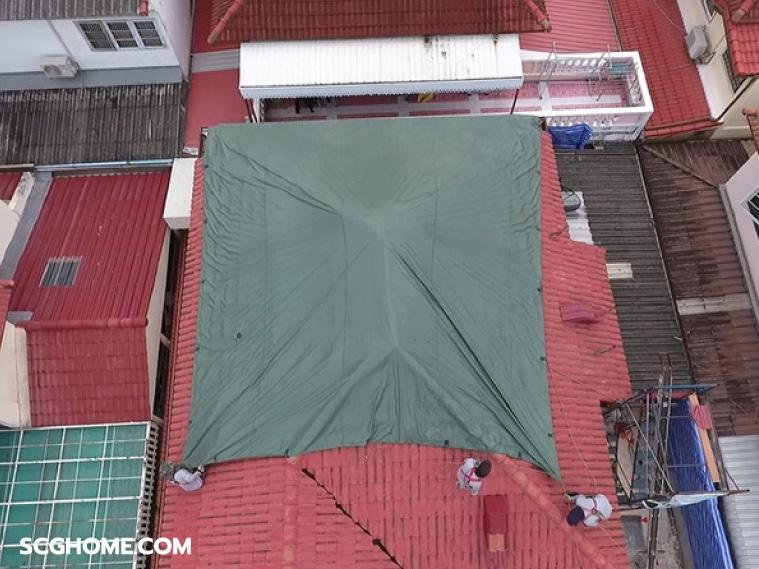 ภาพ: ตัวอย่างการใช้ผ้าใบคลุมปิดหลังจากดำเนินงานเปลี่ยนกระเบื้องหลังคาเสร็จในแต่ละวัน