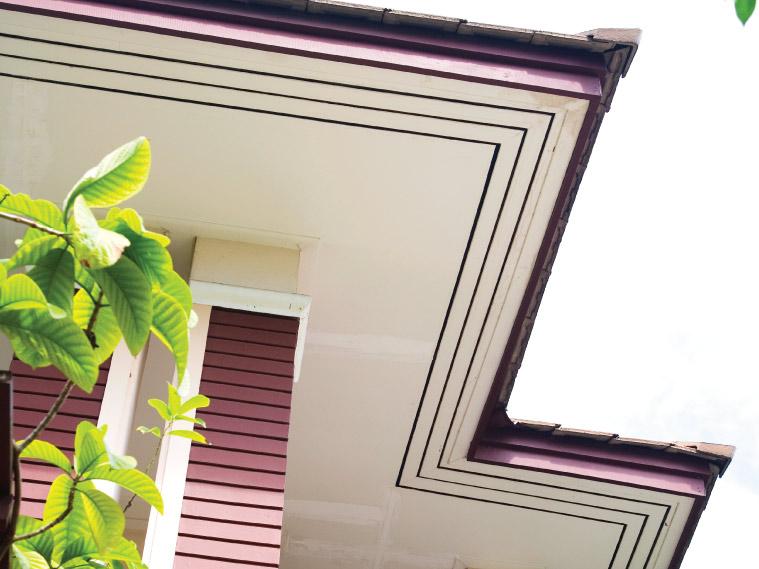 ภาพ: ฝ้าเพดานภายนอกแบบเซาะร่องระบายอากาศครึ่งแผ่น โดยทาสีน้ำตาลเข้มในร่องเกิดเป็นแนวเส้นต่อเนื่อง