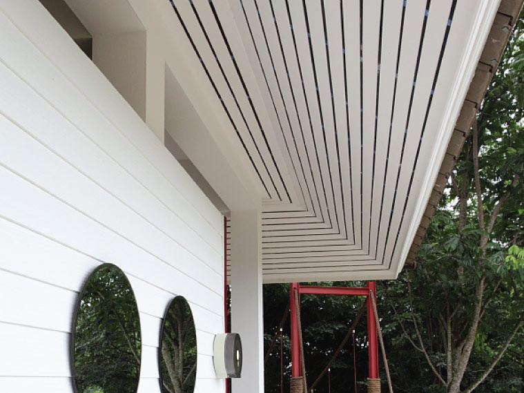 ภาพ: ฝ้าเพดานภายนอกในรูปของฝ้าไม้ระแนงตีเว้นร่องระบายอากาศ